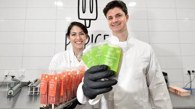Tobias Hohmeister und Franziska Horntrich halten zwei Sorten von Popice in die Kamera.