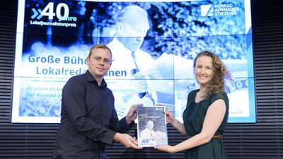Markus Pöhlking und Julia Weller bei der Verleihung des Deutschen Lokaljournalistenpreises in Berlin.