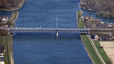 Die erste Rheinbrücke bei Karlsruhe soll durch den Neubau einer weiteren Brücke entlastet werden.