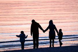Eine Familie am Strand. Ein Großteil der Adoptionen in Karlsruhe sind sogenannte Stiefkindadoptionen.