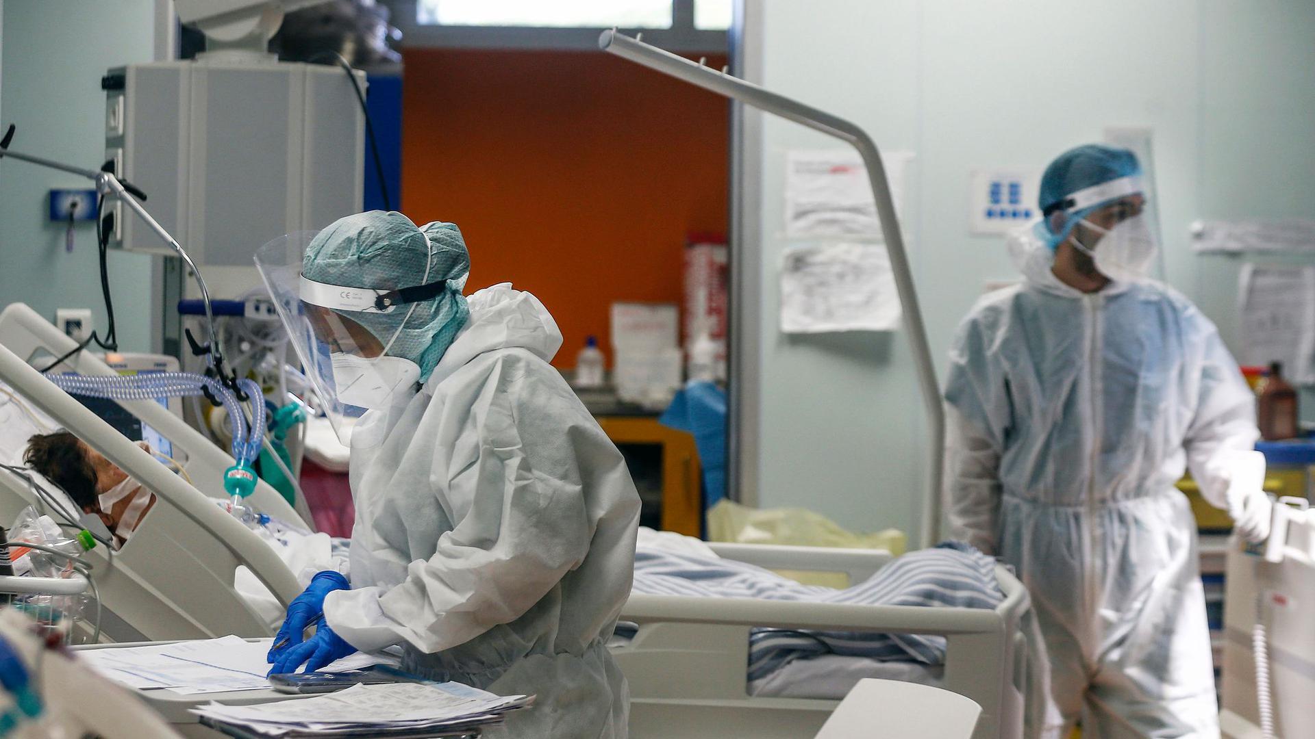 Auf der Intensivstation: Die große Belastungsprobe für die Kliniken in der Corona-Pandemie wird in den nächsten Wochen so stark, dass das Pflegepersonal und das ganze Gesundheitssystem überfordert sein können.