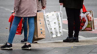 Kräftige Umsatzanstiege verhelfen dem Einzelhandel in Deutschland weiter aus der Corona-Krise.