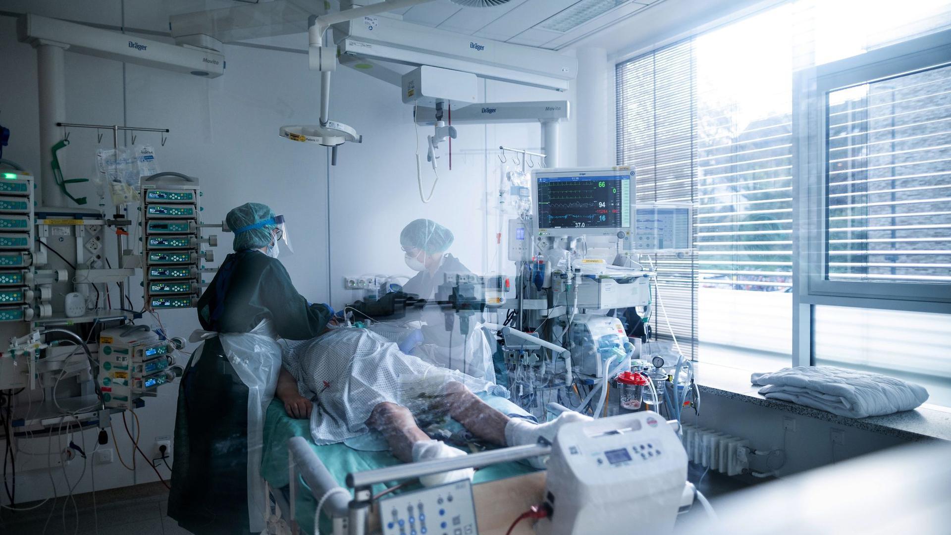 Höchstbelastung für das Krankenhauspersonal: Pflegerinnen in Schutzausrüstung betreuen einen Corona-Patienten.