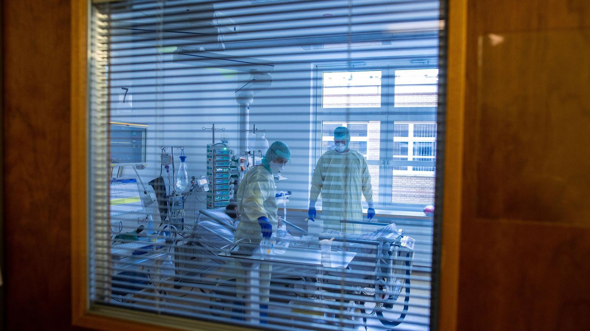 Akuter Ausnahmezustand: Auf der Intensivstation versorgen Mediziner und Pfleger einen an Covid-19 erkrankten Patienten.  Auch in Karlsruhe ist die Situation unverändert angespannt.