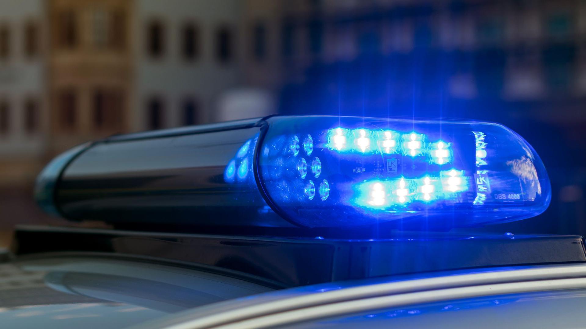 Ein Blaulicht leuchtet auf einem Polizeifahrzeug.