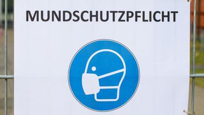 """Ein Schild mit der Aufschrift """"Mundschutzpflicht""""."""
