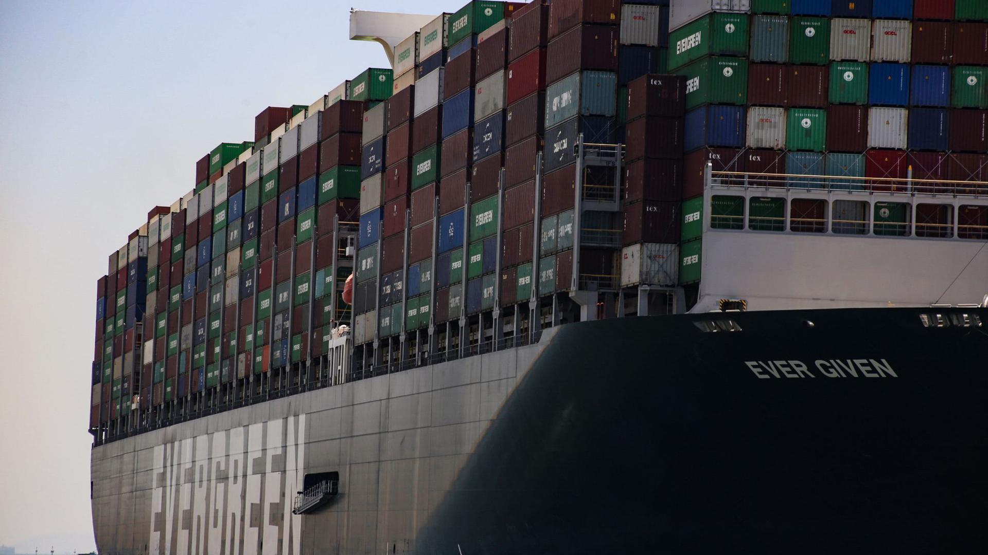 "Das Containerschiff ""Ever Given"" im Suezkanal."