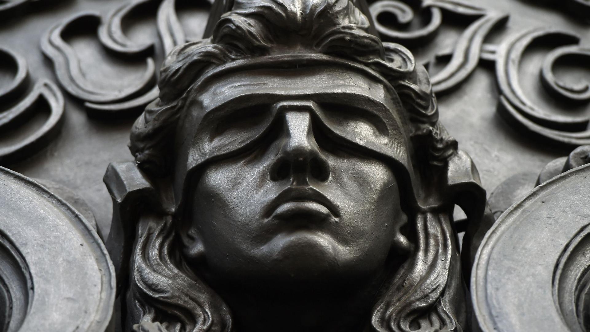 Eine Figur der blinden Justitia.