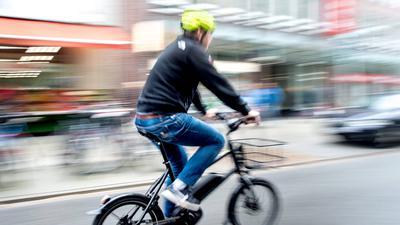 ARCHIV - 25.04.2018, Hannover: Ein Radfahrer fährt mit einem E-Bike auf einer Fahrradstraße. (zu dpa «Frisierte Pedelecs - Schneller als die Polizei erlaubt») Foto: Hauke-Christian Dittrich/dpa +++ dpa-Bildfunk +++