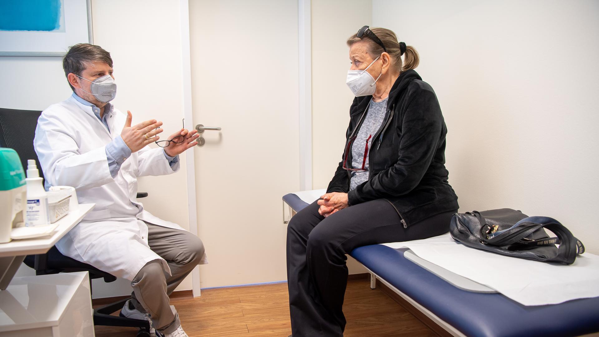 Die Schauspielerin Eva Christian wird zum Start der Corona-Impfungen in bayerischen Hausarztpraxen im Behandlungszimmer von ihrem Arzt, Wolfgang Ritter über ihren Impfstoff von Astrazeneca informiert.