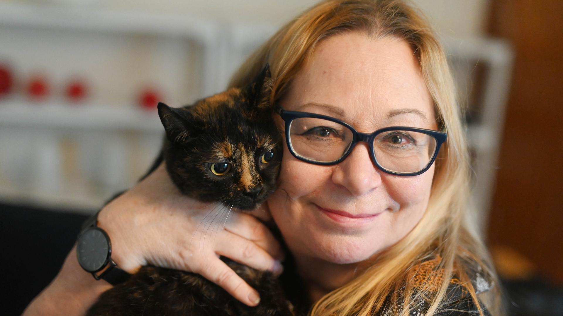 Die Karlsruher Tierpsychologin Barbara Johanna Heller mit ihrer Katze Luna. Bevor sie mit einer Behandlung beginnt, macht sie grundsätzlich einen Hausbesuch bei ihren Kunden, um das Umfeld der Katzen kennenzulernen.