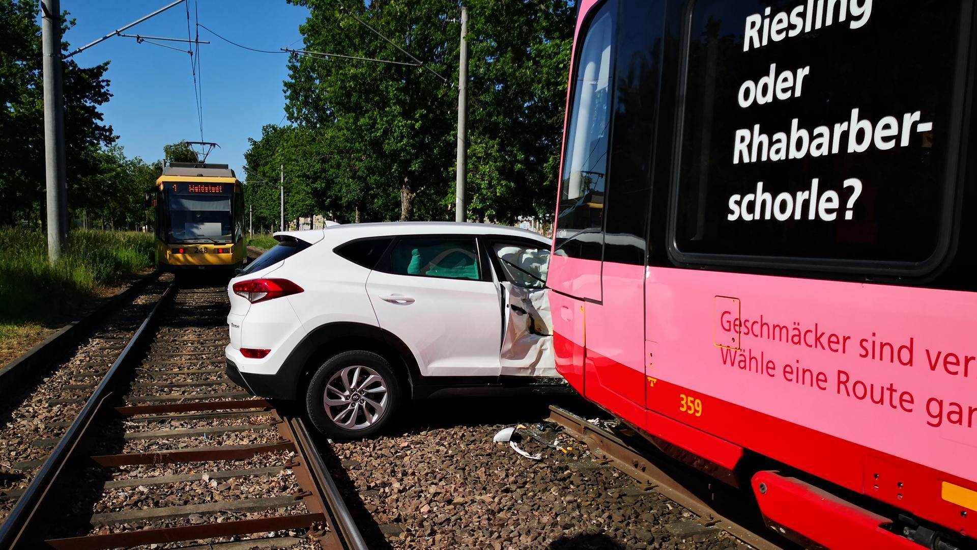 Unfall zwischen Bahn und Auto in der Waldstadt in Karlsruher