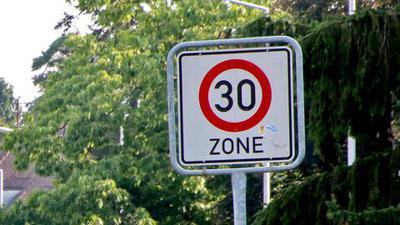 Tempo 30 in der Stadt: Das könnte nach Wunsch der Stadtverwaltung bald fast flächendeckend in Karlsruhe gelten.