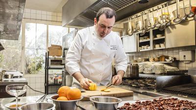 """Seit sechs Jahren führt Marcello Gallotti gemeinsam mit seiner Frau Andrea das Restaurant """"erasmus"""" in einem imposanten Bauhaus-Geäude im Karlsruher Stadtteil Dammerstock. Dort hat er sich auch einen der deutschlandweit nur an 18 Restaurants verliehenen grünen Michelin-Sterne für Nachhaltigkeit verdient."""