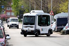 Ein autonom fahrender Minibus ist in einem Karlsruher Stadtteil im Einsatz.