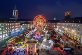 Beim Weihnachtsmarkt auf dem Marktplatz Karlsruhe dreht sich ein Riesenrad.