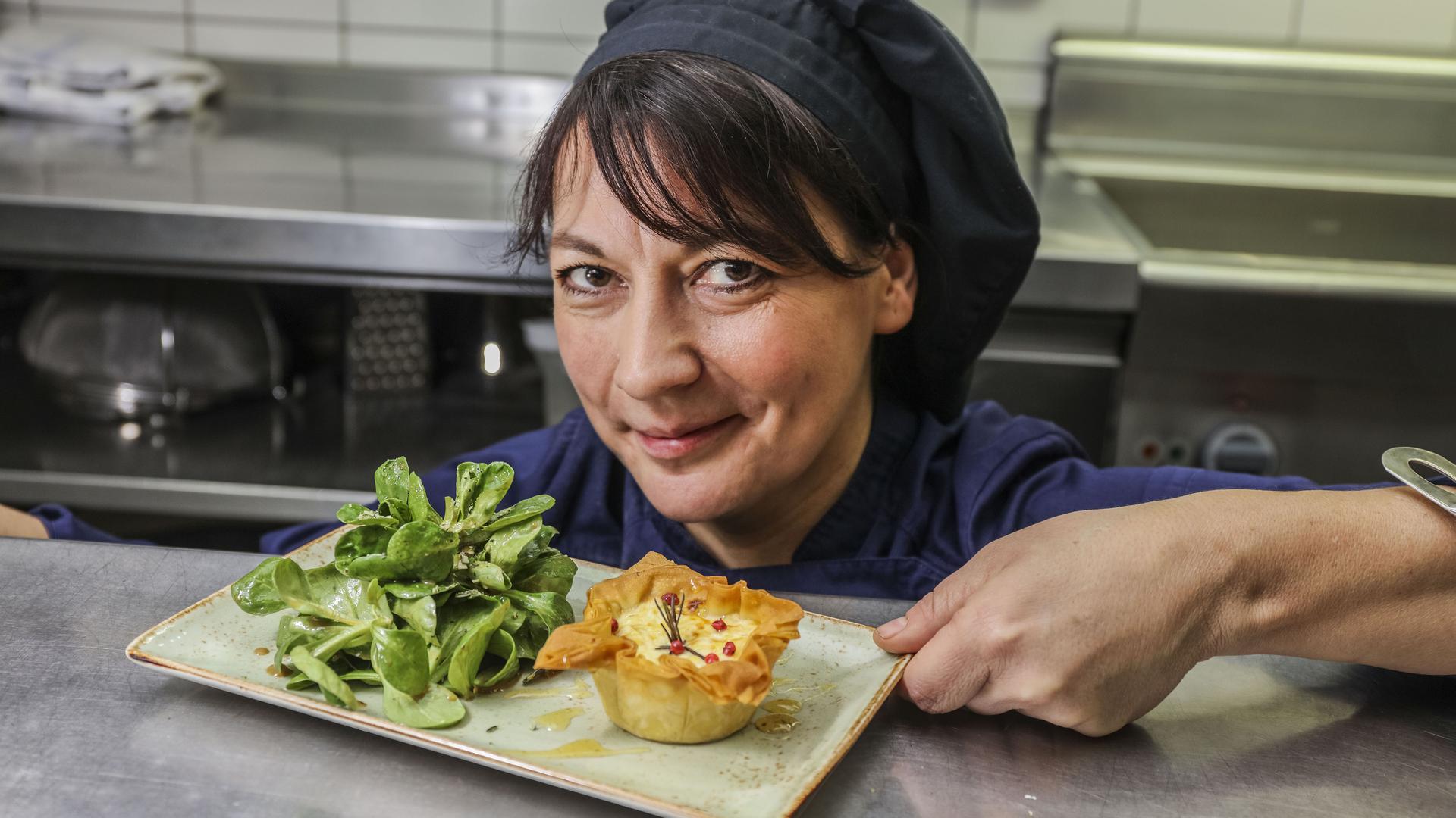 """Von der Vereinsheim-Köchin bis zur erfolgreichen Unternehmerin: Gastronomie-Quereinsteigerin Tanja Finck führte das Vacca Verde, gründete """"Otto, die kleine Weinkneipe"""" und kochte """"beim Schupi"""" - und hat noch einiges vor."""