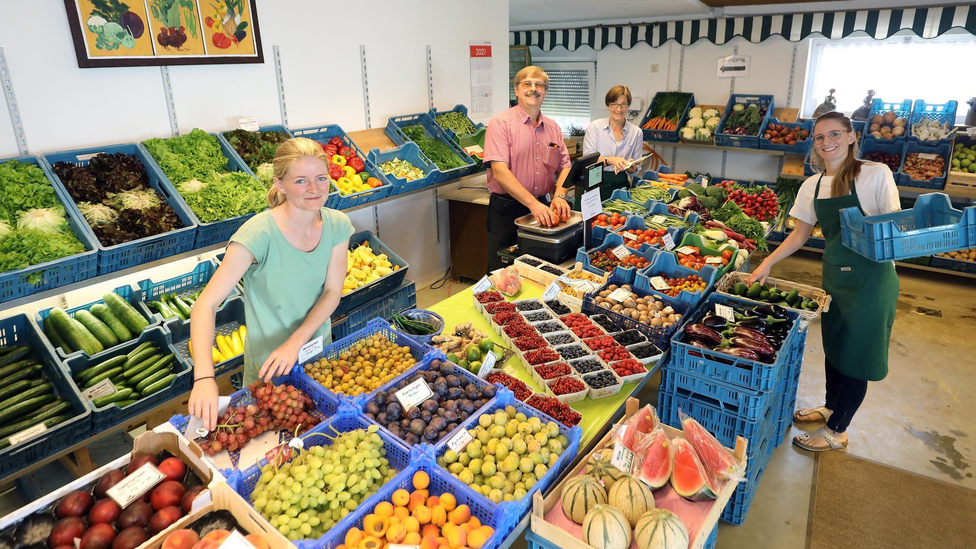 Der Hofladen Postweiler in Wolfartsweier ist ein Familienbetrieb. Obst und Gemüse, viel davon aus eigenem Anbau, verkaufen (von links) Stefanie, Helmut und Hanna Postweiler sowie Julia Stährk, geborene Postweiler.