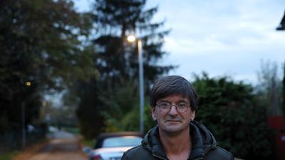 13.11.2020 Igor Ullmann vor der neuen Straßenbeleuchtung in der Mergelackerstraße