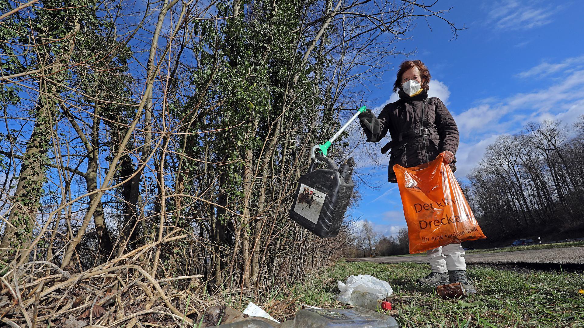 Gabi Berblinger sammelt Müll