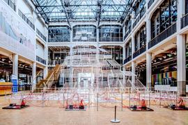 """Die raumfüllende Kunstinstallation """"Connected to Life"""" von Chiharu Shiota im Foyer des ZKM Karlsruhe, 15.03.2021."""