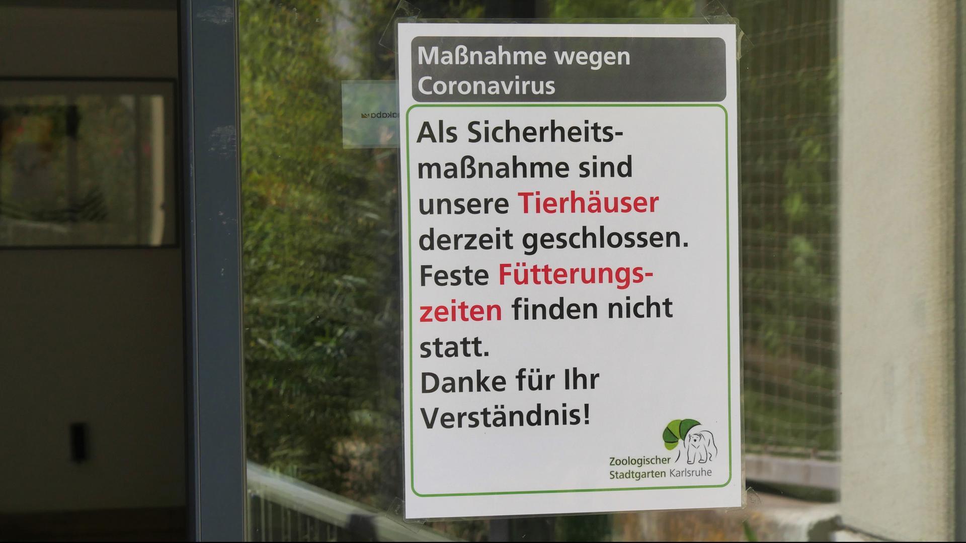 Ein Hinweisschild hängt am Raubtierhaus im Karlsruher Zoo.