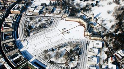 Das Karlsruher Schloss im Jahr 2010, links oben das Bundesverfassungsgericht. Damals fiel insgesamt rund ein Meter Neuschnee mehr als üblich.
