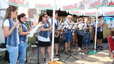 Bläser des Musikvereins Weingarten spielen im Freien.