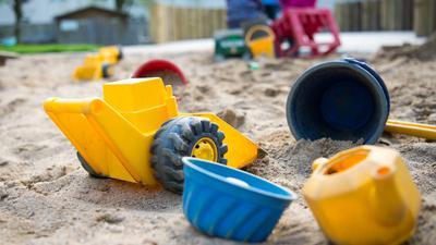 Kinderspielzeug im Sand