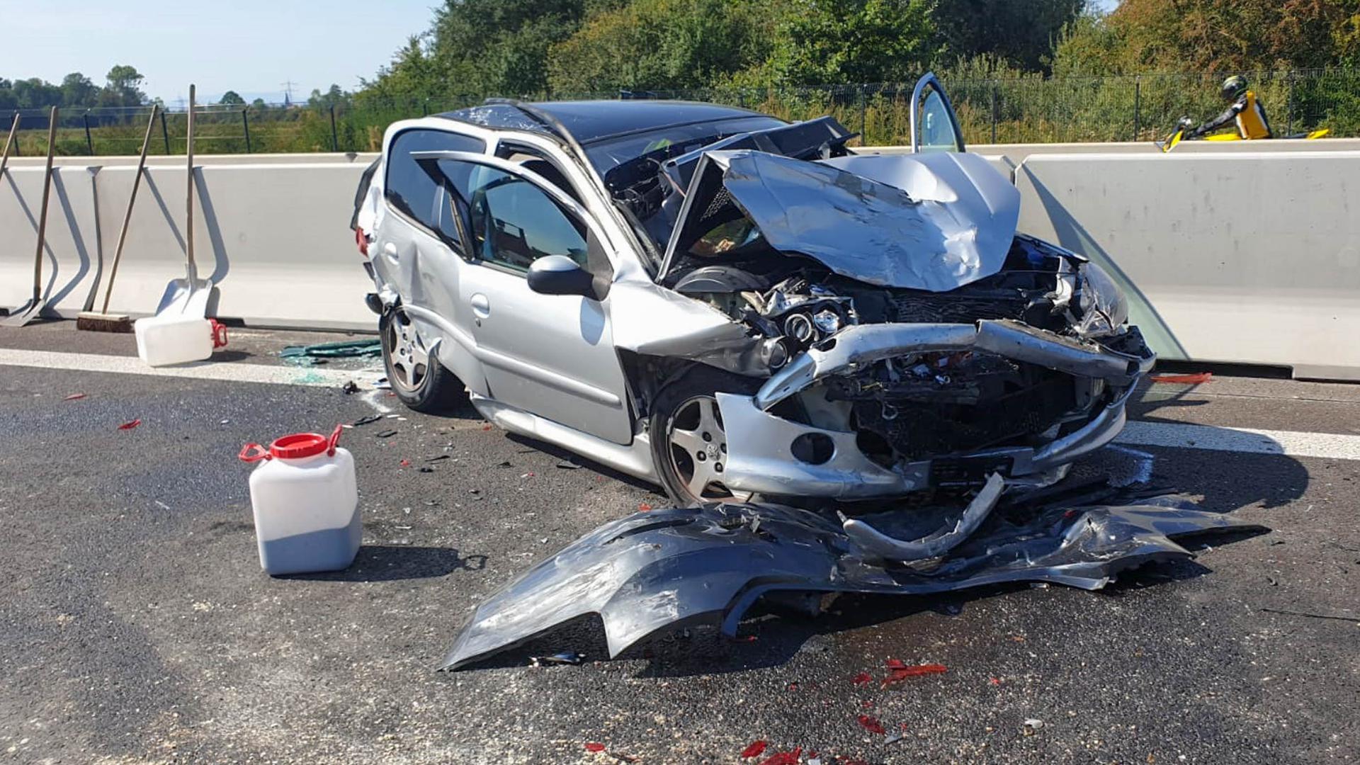 Ein stark beschädigtes Auto steht auf der A5 am der Mittelleitplanke. Elf Menschen sind auf der Autobahn 5 bei einer Kollision von acht Fahrzeugen verletzt worden, einer davon schwer. Zunächst gab es auf Höhe Schwanau (Ortenaukreis) in Richtung Karlsruhe einen Auffahrunfall, wie die Polizei mitteilte. Dabei wurde niemand verletzt. In Folge des Unfalls und des hohen Verkehrsaufkommens sei es dann aber zur weiteren Kollision der vielen Fahrzeuge gekommen. +++ dpa-Bildfunk +++