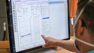 Oliver Fasold, Facharzt für Neurologie, arbeitet im Neurozentrum Tempelhof mit einer elektronischen Patientenakte, die ein E-Rezept zeigt. Rund 50 Arztpraxen und 120 Apotheken testen bei einem Pilotversuch in Berlin und Brandenburg das neue E-Rezept. Es soll eine höhere Arzneimittelsicherheit für die Patienten erzeugen. Außerdem soll der gesamte Ablauf von der Verschreibung, Abholung und Abrechnung effizienter gestaltet werden. +++ dpa-Bildfunk +++