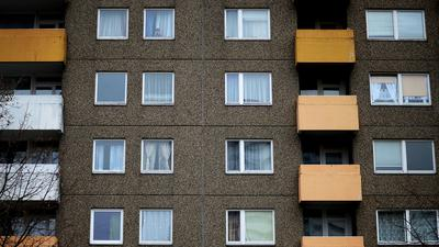 Fenster und Balkone eines Wohnblocks, aufgenommen am 09.01.2017 in Frankfurt am Main (Hessen). Durch die Fehlbelegungsabgabe wird für viele Menschen in Hessen das Leben in einer Sozialwohnung künftig teurer. Das Geld soll in den sozialen Wohnungsbau fließen. (zu dpa-Blickpunkt «Wie Hessens Kommunen mit der Fehlbelegungsabgabe umgehen» vom 10.01.2017) Foto: Susann Prautsch/dpa ++ +++ dpa-Bildfunk +++