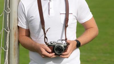 Ein Fotograf hält eine Fotokamera.