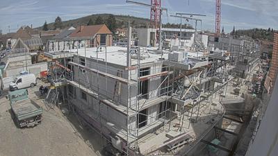 Blick von der Kanalstraße auf das Mehrfamilienhaus