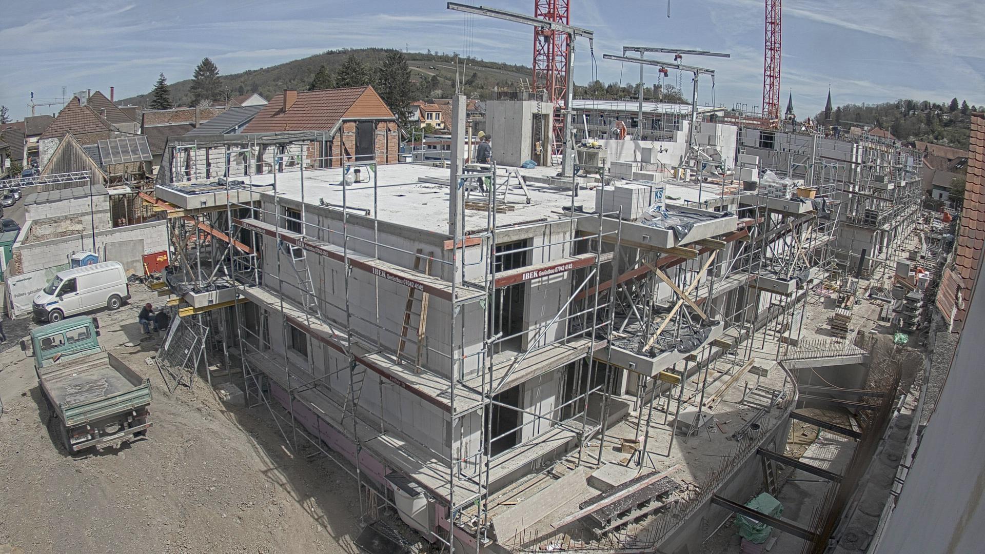 Blick von der Kanalstraße auf das Mehrfamilienhaus (Aufnahme der Baucam)
