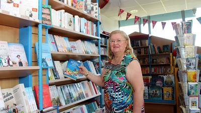 """Den Topseller """"Bretonische Idylle"""" zieht Erika Krissel von der gleichnamigen Buchhandlung in Eggenstein-Leopoldshafen aus dem Regal."""
