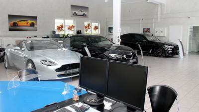 Autos und leerer Schreibtisch