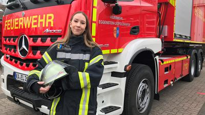 Feuerwehrfrau Zoé Ruffny vor Einsatzfahrzeug
