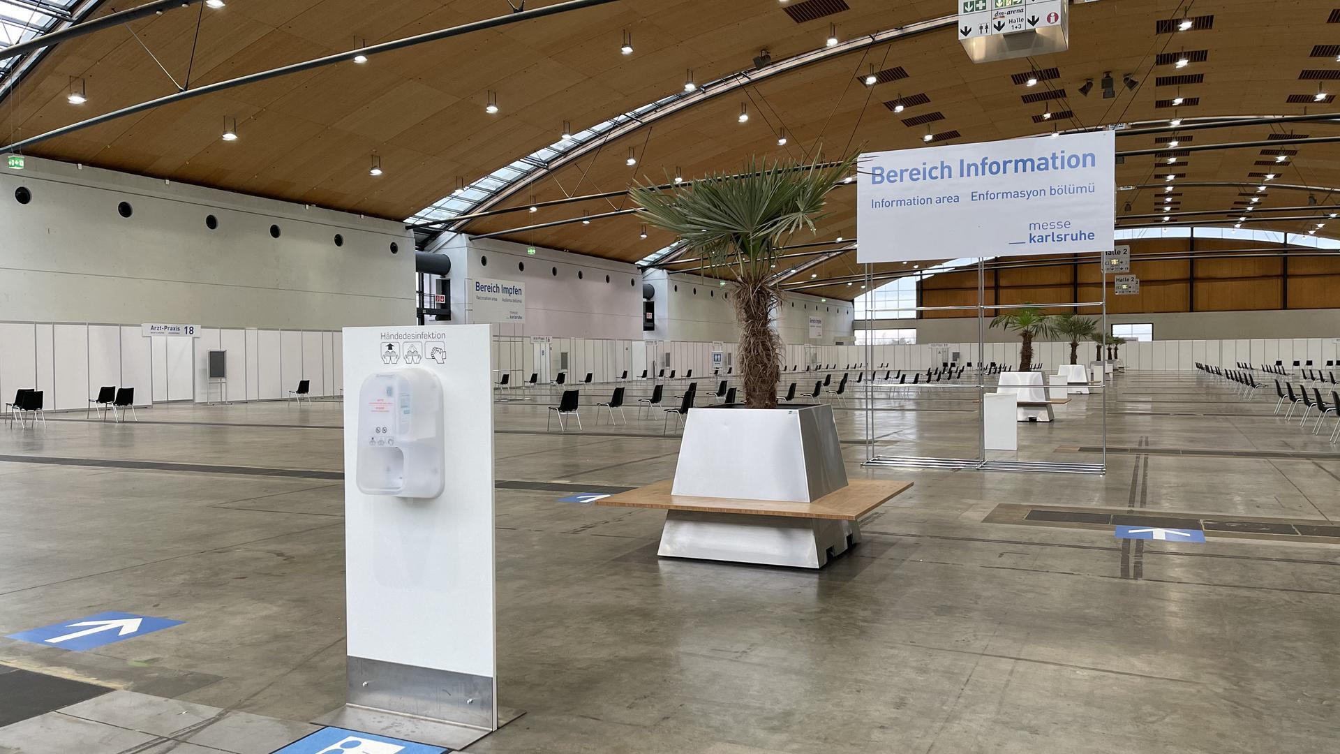 """""""Bereich Information"""" im Impfzentrum in der Messe Karlsruhe"""