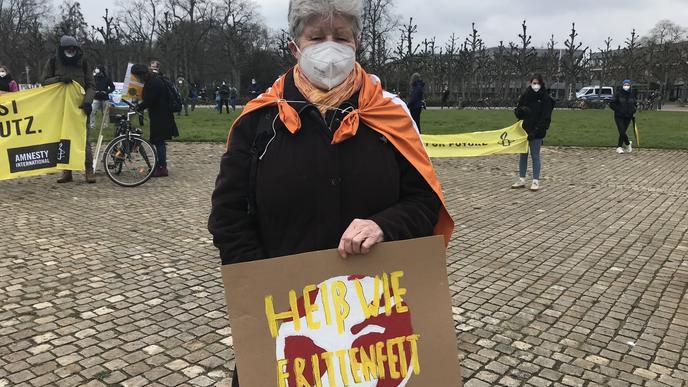 """""""Heiß wie Frittenfett"""" findet diese Demonstrantin unseren Planeten."""