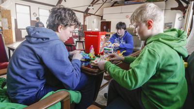Jugendtreffleiter Mathias Klebon mit Jugendlichen