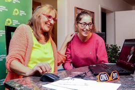 Zwei Frauen am Rechner