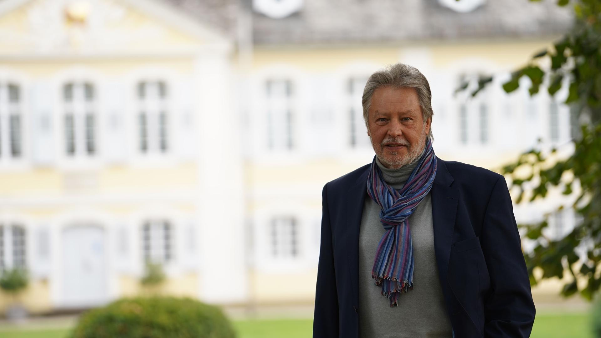 Mann vor Schlossgebäude