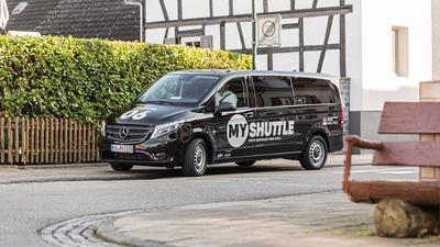 Shuttlebus schwarz, parkend in Ortsstraße