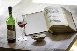 Stillleben mit Bibel und Wein
