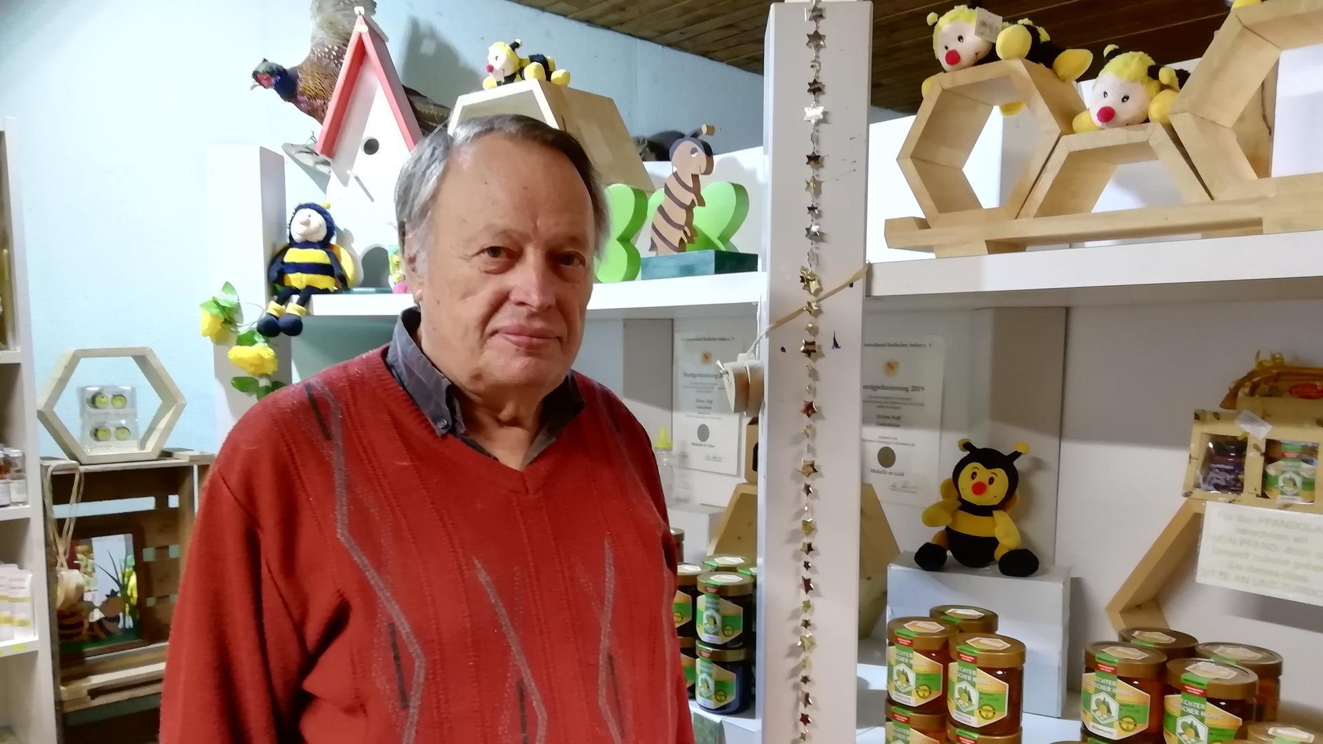 Imker Holger Raff aus Linkenheim-Hochstetten im Hofladen.