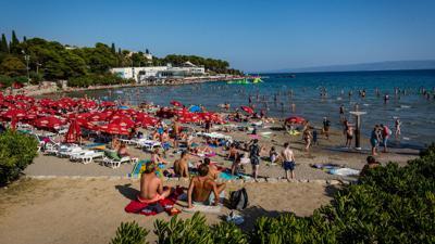 Badegäste sonnen sich am Strand.