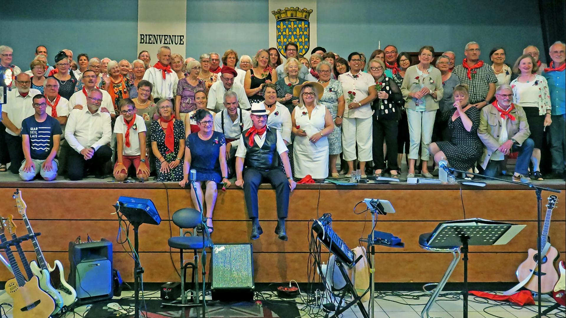 Abschlussabend in St. Riquier 2019 mit Besuchern aus Stutensee. Auf einer Bühne.