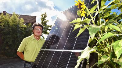 Yong Chun aus Linkenheim-Hochstetten, Solaranlagen-Installateur und seine Photovoltaikmodule