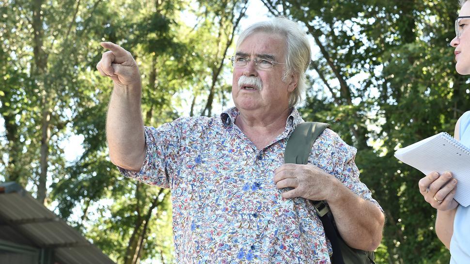 Der Naturschutzbeauftragte Fritz Prosi zeigt auf den Baggersee Gießen.